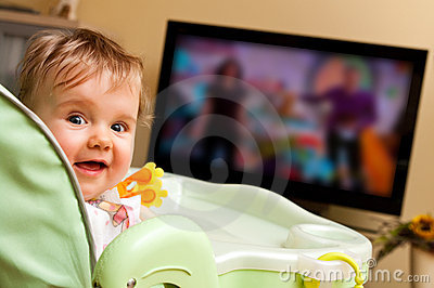 baby-girl-watching-tv-17019703